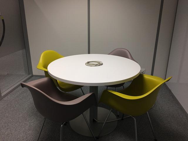 mesa redonda y cuatro sillas